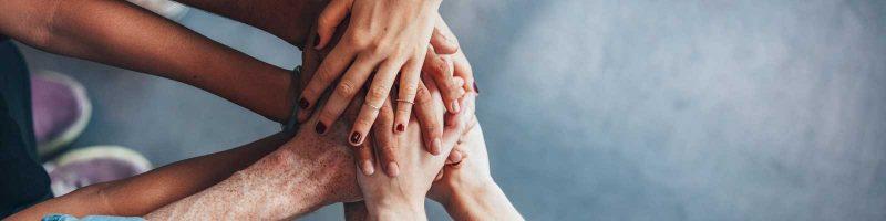 Mains qui se tiennent ensemble