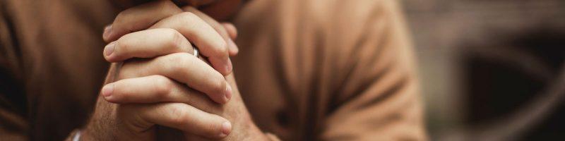 Des mains jointes en prière
